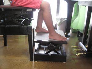 ピアノを弾く時の足