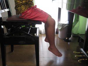 ピアノを弾く時の悪い足