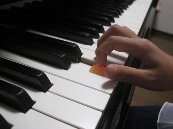 ピアノを弾く指