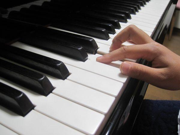ピアノをひく指悪い形