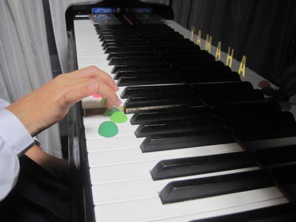 ピアノを弾く指ゴムボール