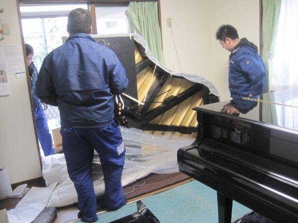 グランドピアノの裏